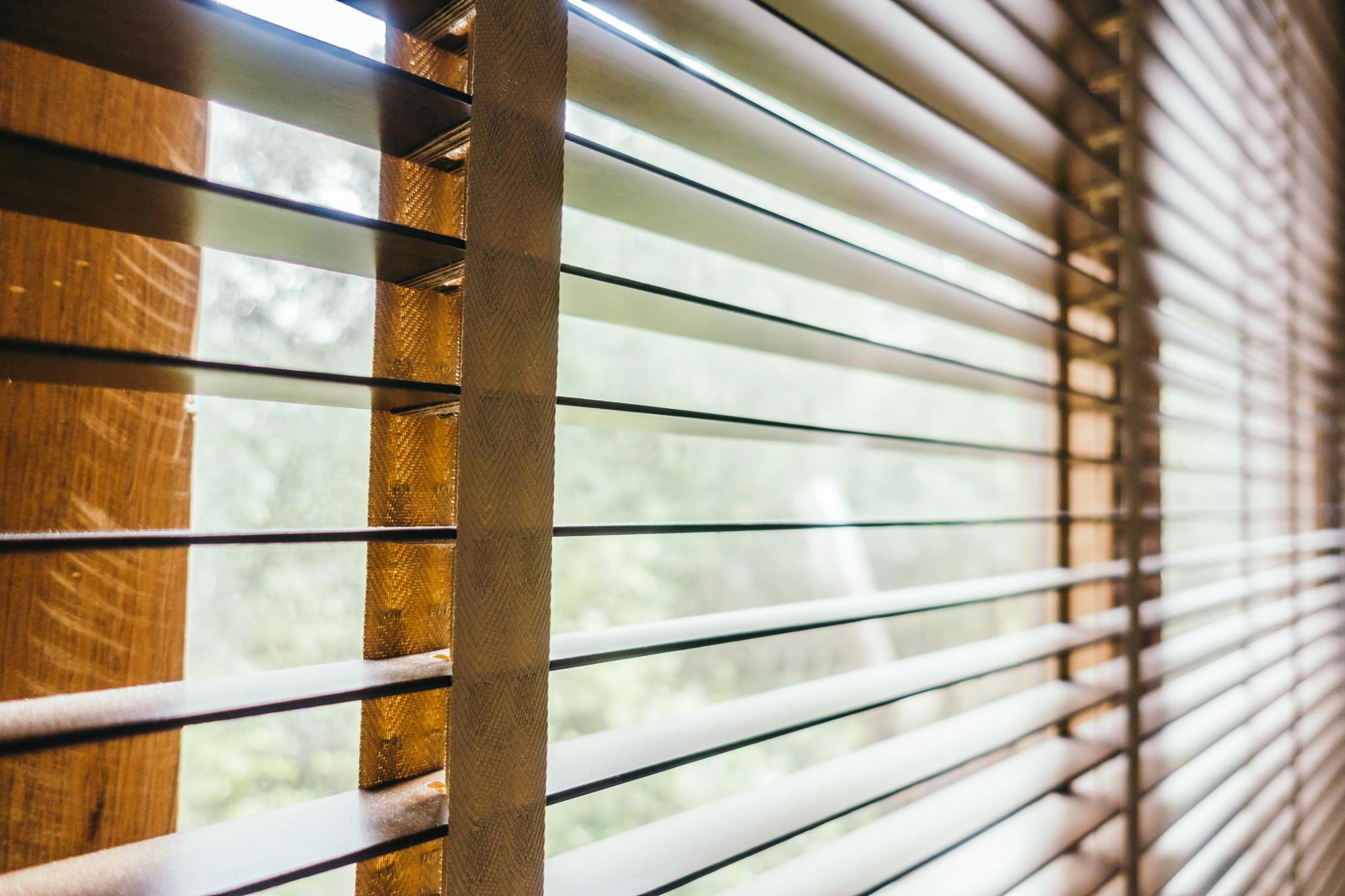 żaluzje aluminiowe i drewniane - Stolmar okna - drzwi - rolety